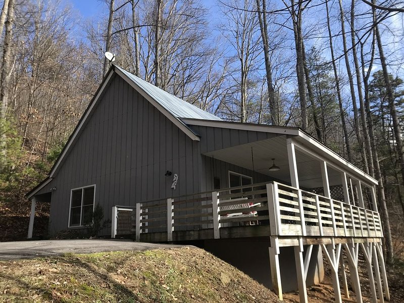 Mtn. Getaway-with HOT TUB!!, holiday rental in Weaverville