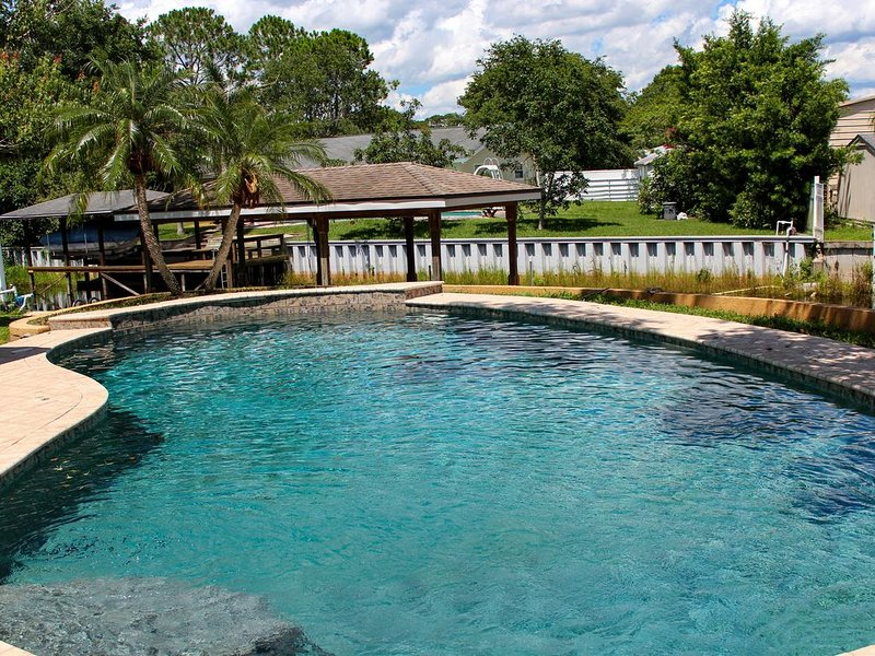 Resort Like Private Pool Waterfront Retreat 4/2 Home in East Orlando Florida, holiday rental in Chuluota