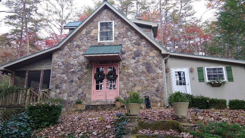 Enjoy the holidays and make some memories at Hidden Falls Cottage!, holiday rental in Sautee Nacoochee