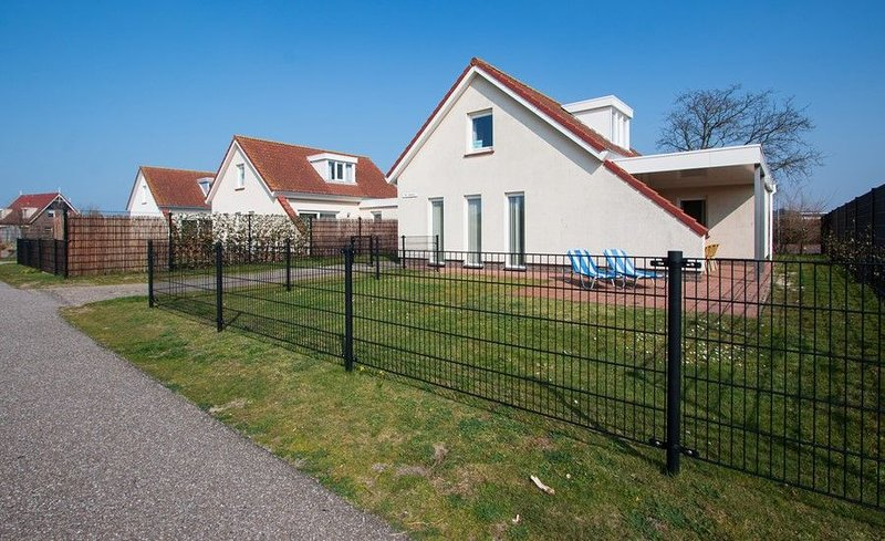 Horizon 84 Großes Familienhaus mit Garten in Strandnähe, casa vacanza a Renesse