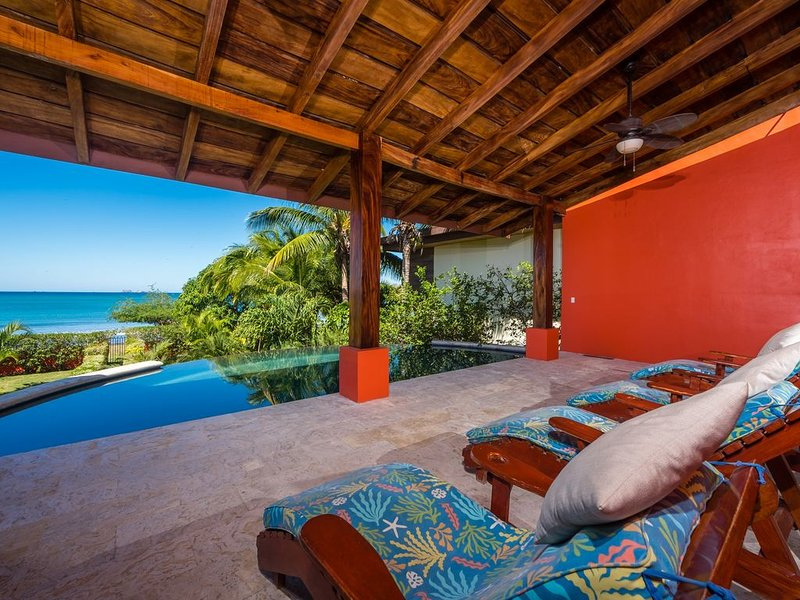 Have Fun in this Huge Beachfront Home with Infinity Pool, casa vacanza a Playa Potrero