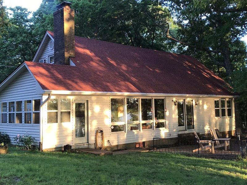 Kentucky LakeWaterfront Home, dock, 4 large BR, new kitchen in 2019, aluguéis de temporada em Draffenville