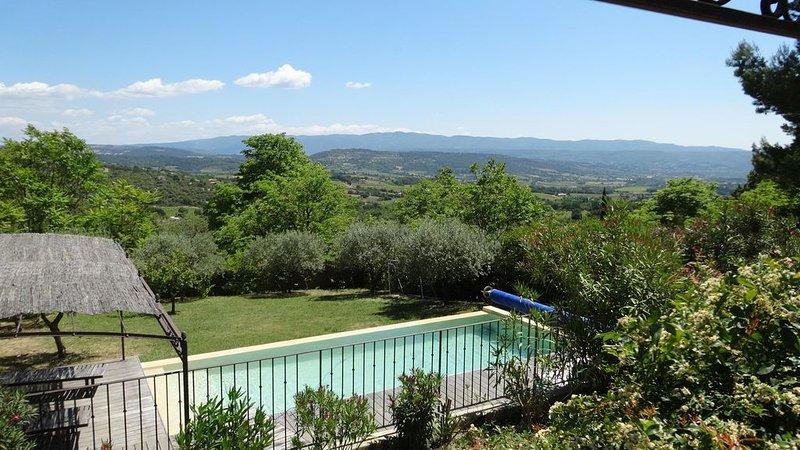 Maison design climatisée, vue exceptionnelle sur le Luberon, piscine chauffée, aluguéis de temporada em Saint-Saturnin-les-Apt