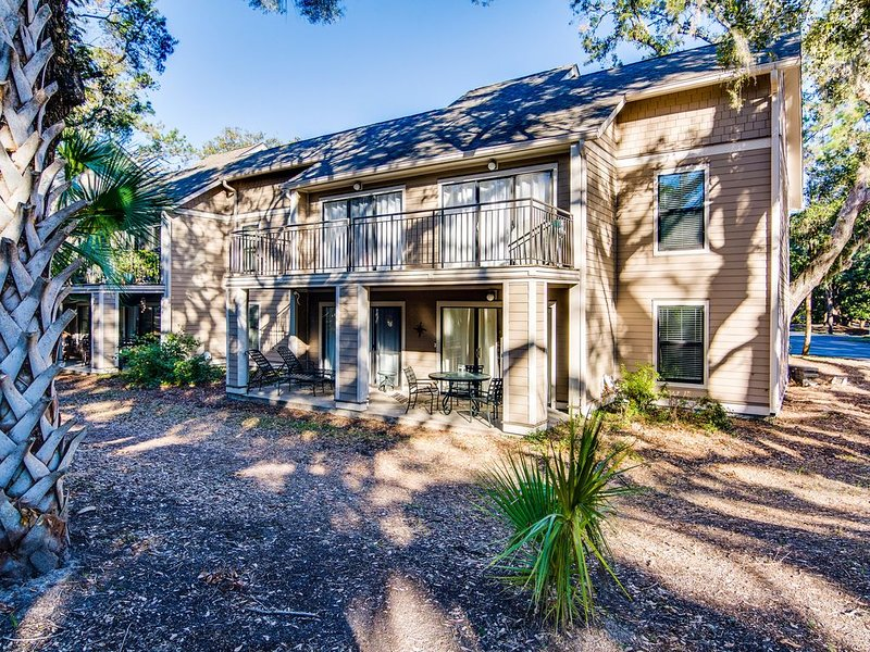Villa with wooded views, shared pool, walking distance to Beach Club!, location de vacances à Seabrook Island