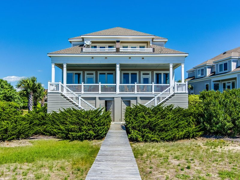 Luxurious oceanfront house w/ free WiFi, private elevator, and beach views!, location de vacances à Seabrook Island