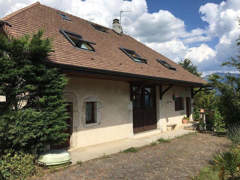 Grande maison savoyarde entre Annecy et Genève avec vue lac et montagnes, holiday rental in Sillingy