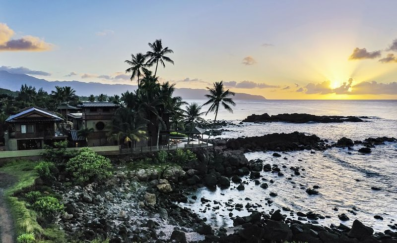 Large Private Home with Spectacular Sunset Views, alquiler vacacional en Mokuleia