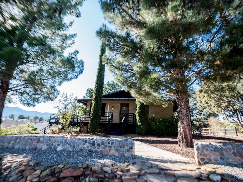 High Desert Oasis! Cozy house in Cottonwood near Sedona, with Deck & Privacy, holiday rental in Cottonwood