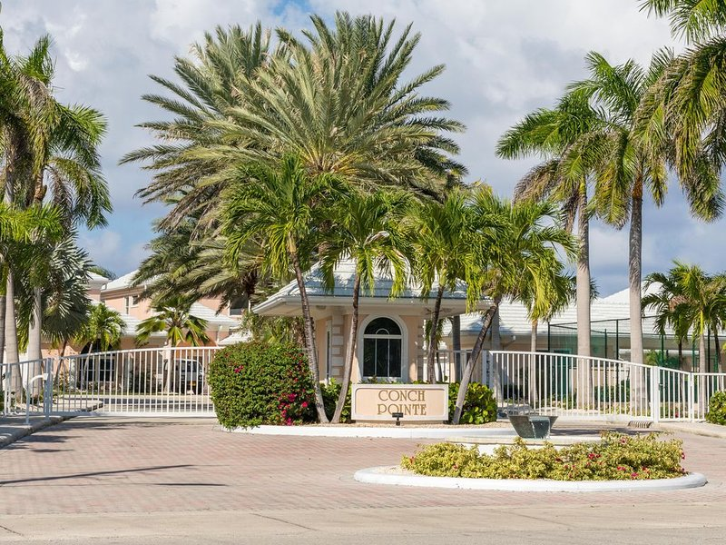 NEW!! Two-Story Villa Beach View & Private Pool, location de vacances à West Bay