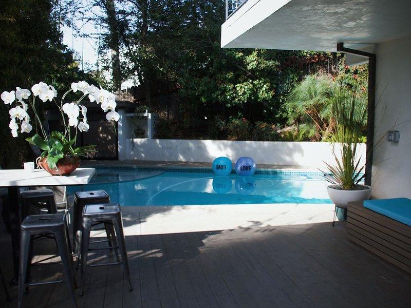 Prime Hollywood Guest Quarters, luxurious oasis w/ pool & spa - walk to the Blvd, location de vacances à Los Angeles