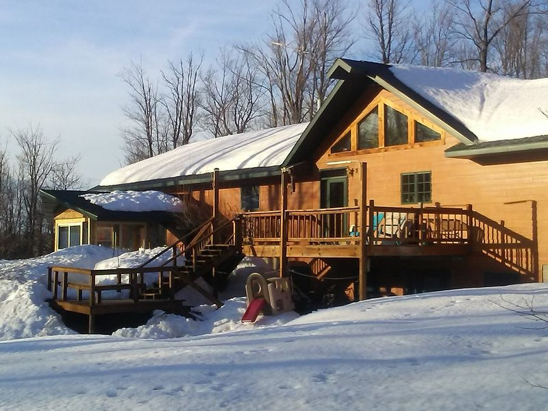 Secluded beautiful home (rental of half of our home) 12 miles from Marquette, MI, alquiler vacacional en Champion