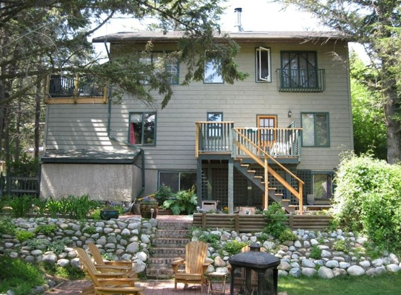 Historic House walk to lake or downtown, Great for Multifamily gatherings, Ferienwohnung in Fairmont Hot Springs