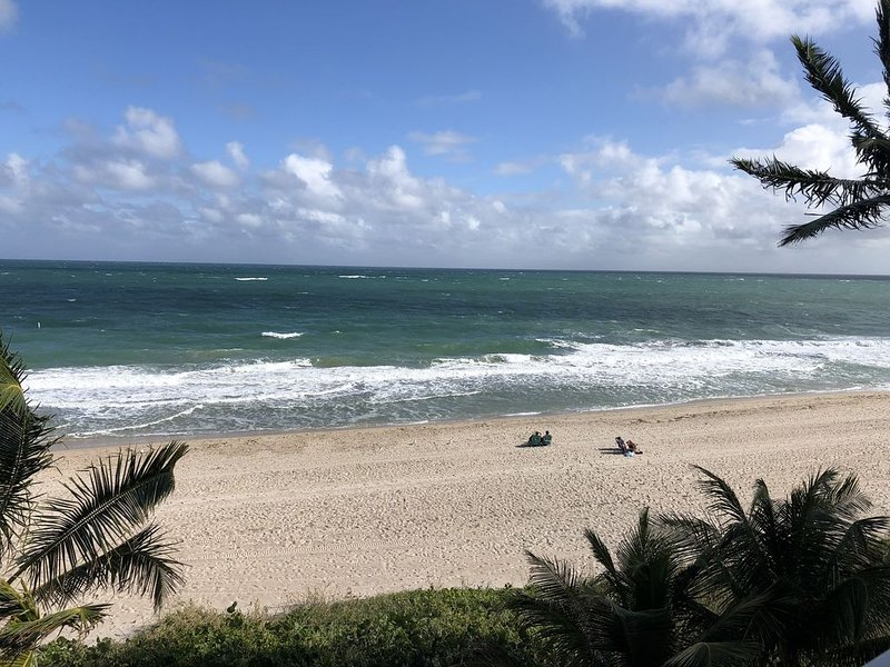 Steps from beach, studio at Lauderdale by the Sea, holiday rental in Pompano Beach