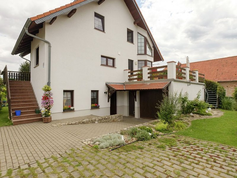 Beautiful apartment in the Harz with a terrace directly on to the R1 bike path, holiday rental in Ballenstedt