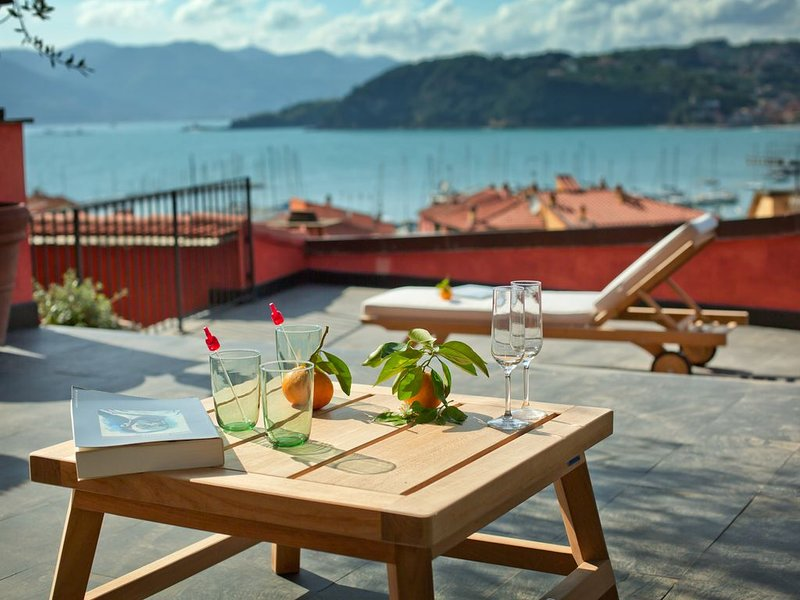 apartment at 50m from the port and the beach. large terrace with breathtaking vi, holiday rental in Tellaro
