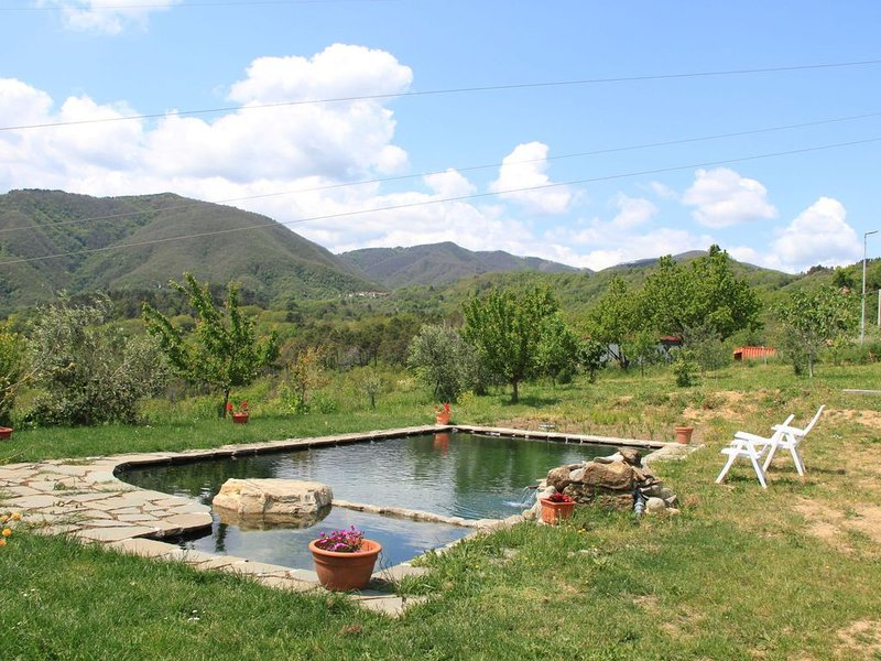 Alluring Holiday Home in Canossa with Pool, Garden Barbecue, location de vacances à Lusuolo