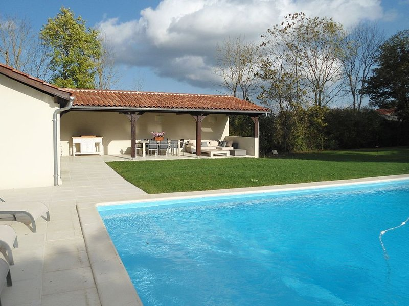 Luxurious Holiday Home in Buzon with Private Pool, vacation rental in Gers