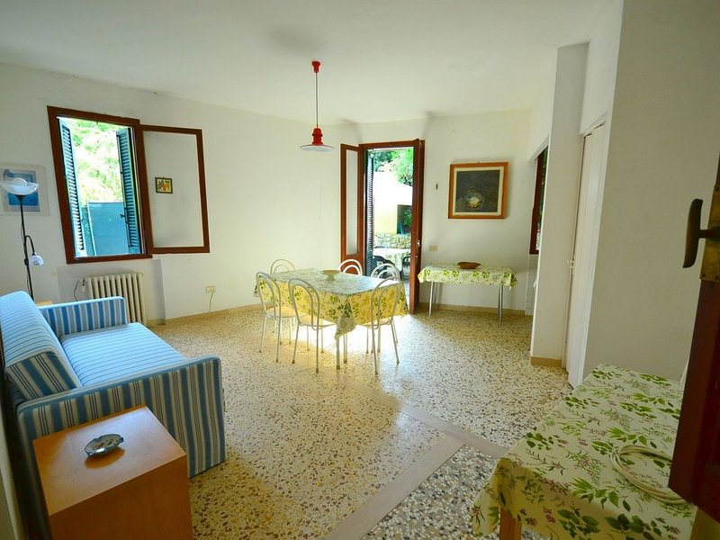 Beautifully situated detached cottage with view on and private access to the sea, location de vacances à Castiglioncello