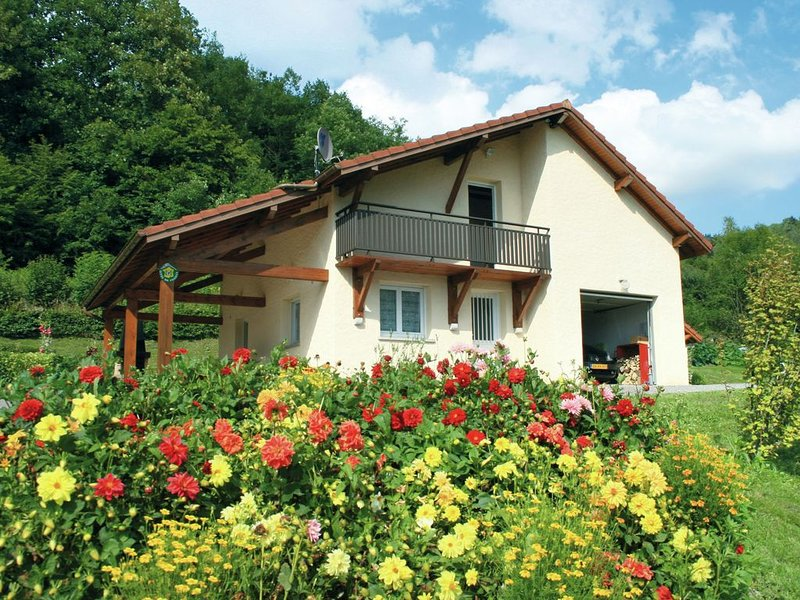 Holiday home in beautiful location on hill of a village near nature park in Nort, holiday rental in Corravillers