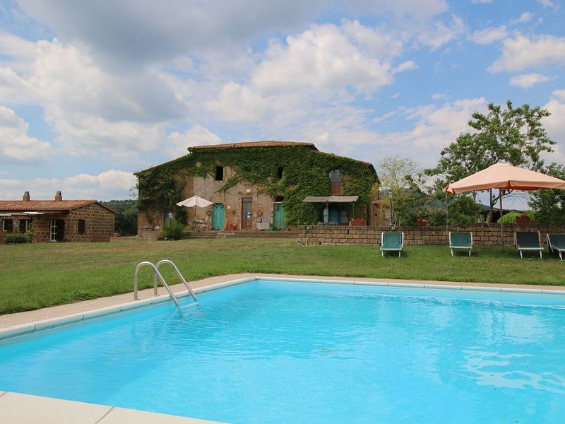 Farmhouse in Sorano with Swimming Pool, Terrace, Barbecue, vacation rental in Elmo