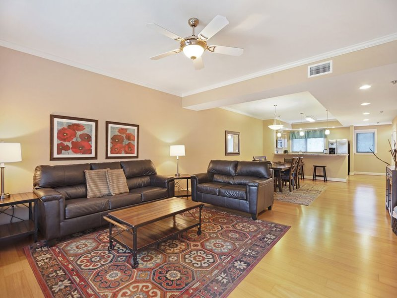Comfortable condo w/  a full kitchen & furnished balcony w/ mountain views, vacation rental in Gatlinburg