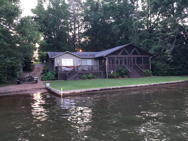 Lakeside Retreat: Boat Ramp, Screen Porch, Fish, kayak, WiFi, and Cable, location de vacances à Alexander City