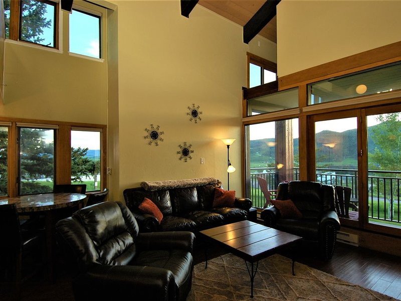 Stunning Mountain & Yampa Valley Views! Easy Walk To Gondola (1bd/1ba + Loft bd), aluguéis de temporada em Steamboat Springs