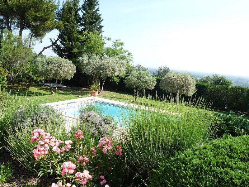 Belle villa avec piscine en Provence proche Avignon & Luberon, vue magnifique, holiday rental in Saint Saturnin les Avignon
