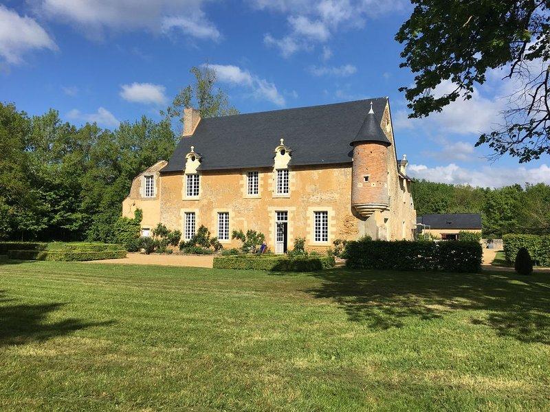 Charmant manoir angevin avec piscine, tout confort, au calme absolu, location de vacances à Sable-sur-Sarthe