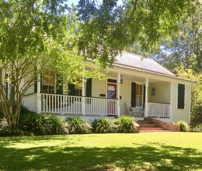 Ponchatoula Historic Home away from Home, casa vacanza a Madisonville