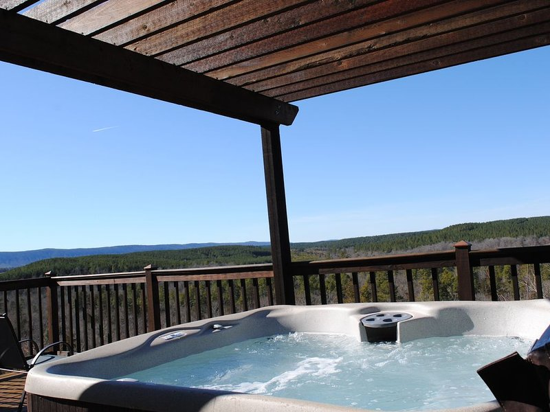 The Ossi is a secluded couples cabin with panoramic mountain and sunset views!, holiday rental in Smithville