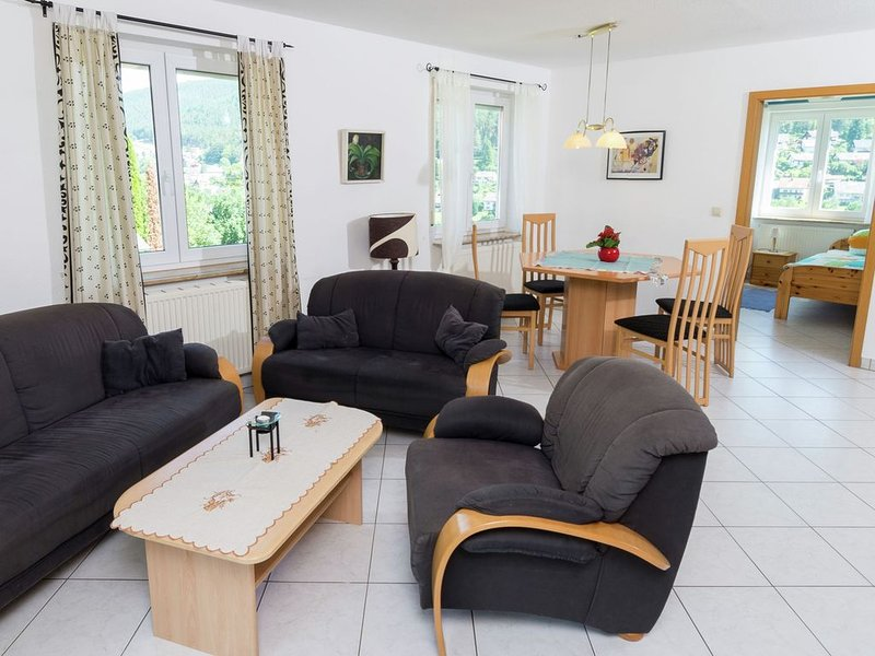 Quietly situated, bright apartment in Baiersbronn with private balcony, aluguéis de temporada em Waldachtal