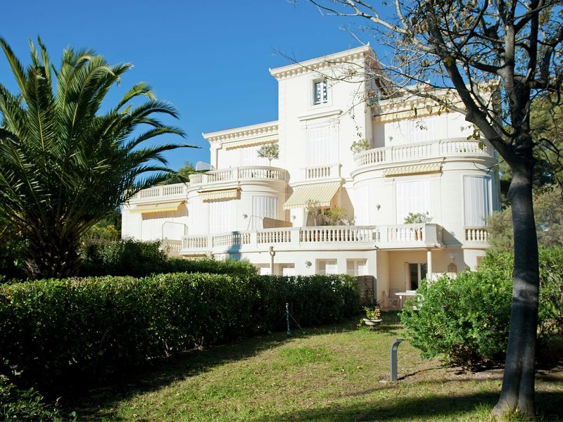 Beautiful apartment in Bel Epoque villa with pool and beach access, Ferienwohnung in Boulouris