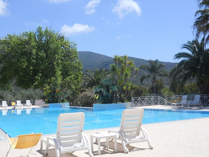 Holiday house with pool near the sea and the beach and the caves, holiday rental in Lentiscosa
