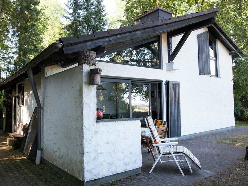 Traditional Holiday Home in Lissendorf Eifel with Terrace, vakantiewoning in Juenkerath