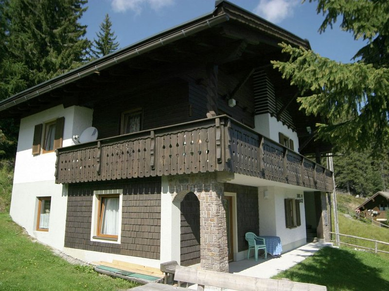 Holiday house in pleasant area in Nassfeld with delightful views ofthe mountains, alquiler de vacaciones en Hermagor