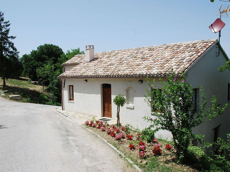 Quaint Farmhouse in Barchi with Garden, BBQ, Fireplace, holiday rental in Mondavio