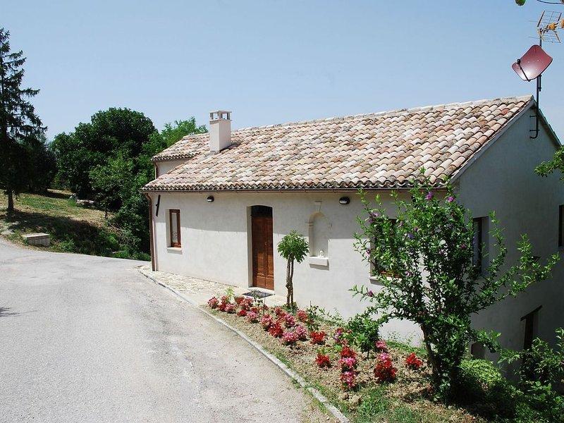 Quaint Farmhouse in Barchi with Garden, BBQ, Fireplace, location de vacances à Fratte Rosa
