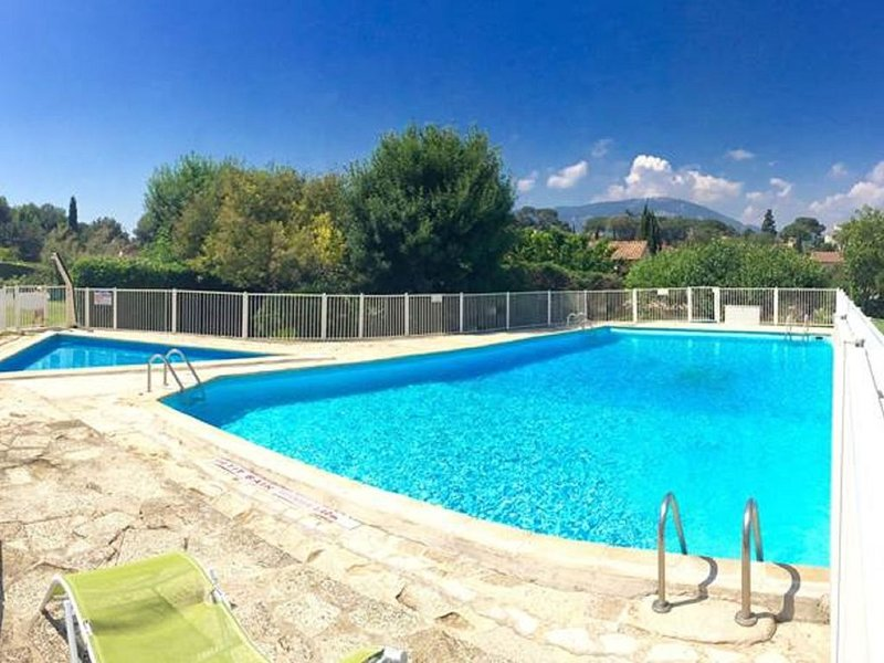 Classy Holiday Home with Swimming Pool, Garden, Tennis Court, holiday rental in Toulon