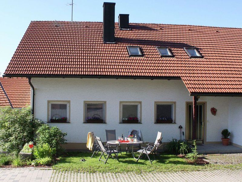 Holiday home in the Lower Bavarian Forest with fireplace and large garden, casa vacanza a Horni Plana