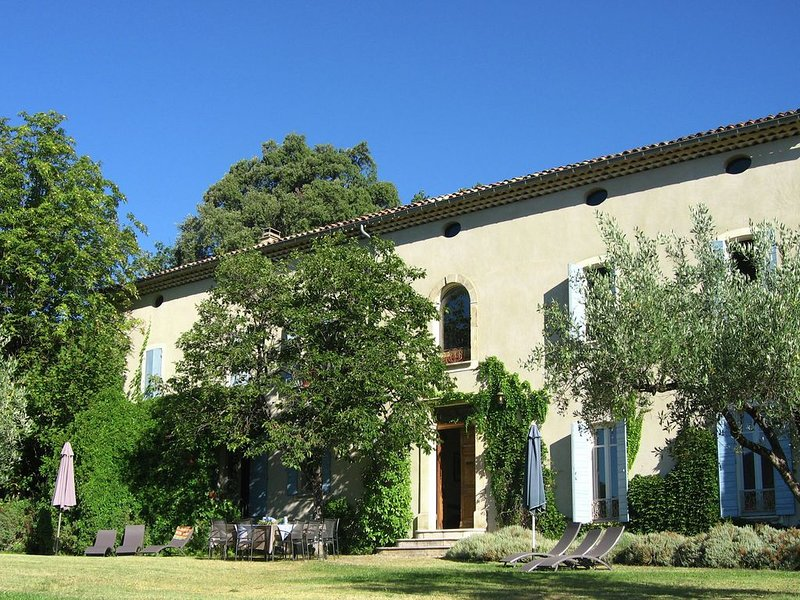 Beautiful mansion with views of Mont Ventoux and with fenced private pool, holiday rental in Crestet