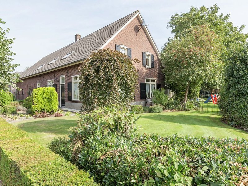 Cozy Holiday Home With Garden in Sint Anthonis Netherlands, holiday rental in Gennep