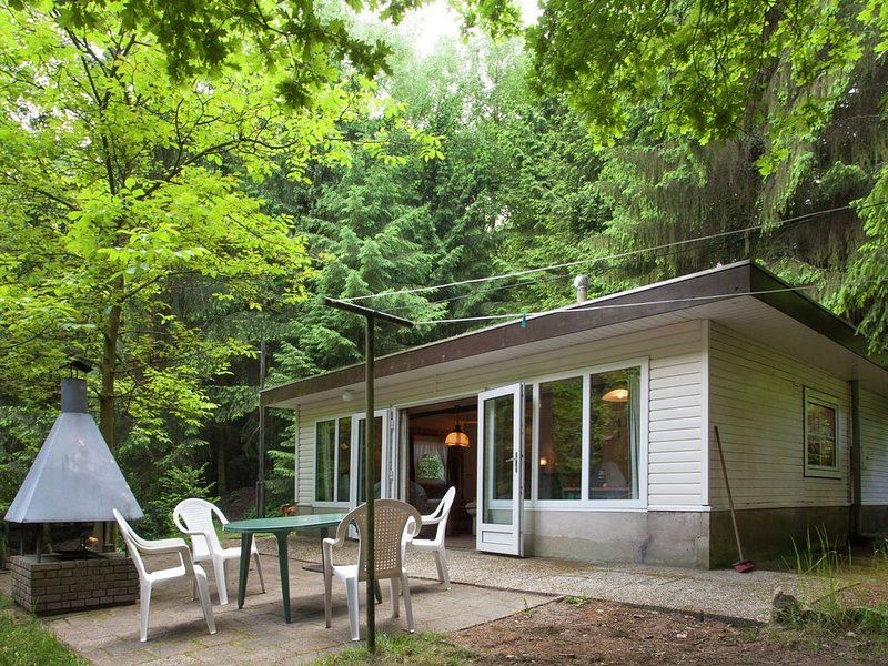 Peacefully chalet situated in the center of the forest of the Kempen, vacation rental in Opglabbeek