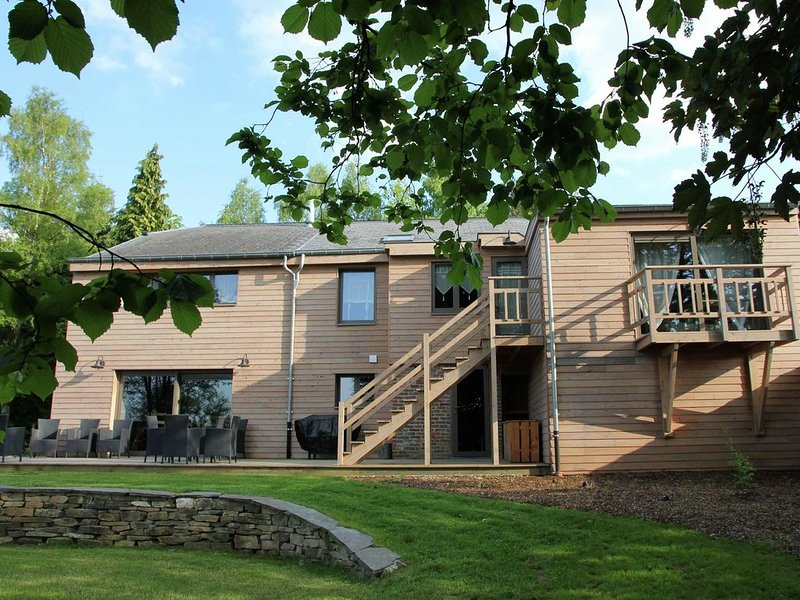 Beautiful holiday home with jacuzzi, sauna and monumental fireplace, holiday rental in Manhay