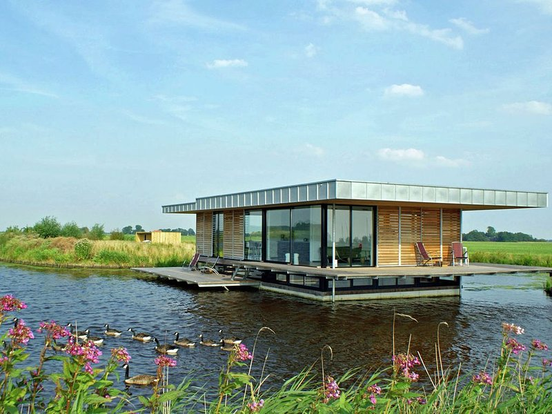 Stunning House Boat in Goëngahuizen with Sauna, holiday rental in Akkrum