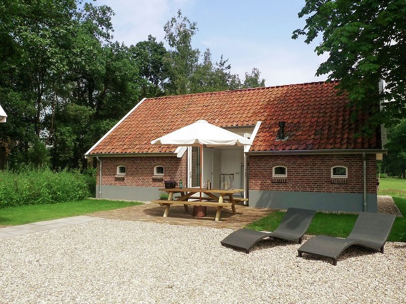 Lovely Holiday Home in Haaksbergen with Terrace, Garden, BBQ, location de vacances à Zwillbrock