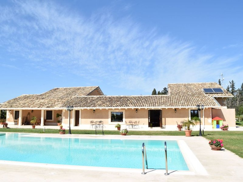 Luxurious Holiday Home with Swimming Pool in Syracuse Italy, holiday rental in Citta Giardino