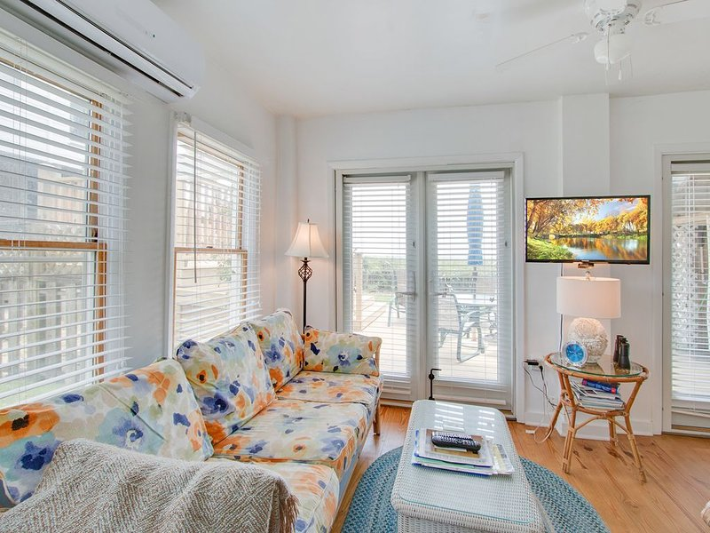 Dog-friendly oceanfront first floor condo w/ WiFi, full kitchen, and large deck!, alquiler vacacional en Folly Beach