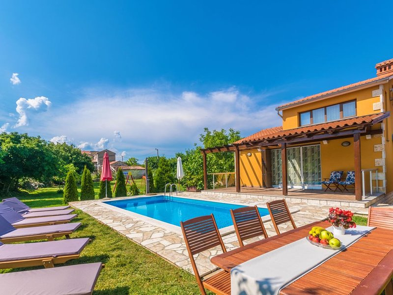 Ein familienfreundliches Ferienhaus in einer ruhigen Gegend nahe dem Strand, holiday rental in Basko Polje