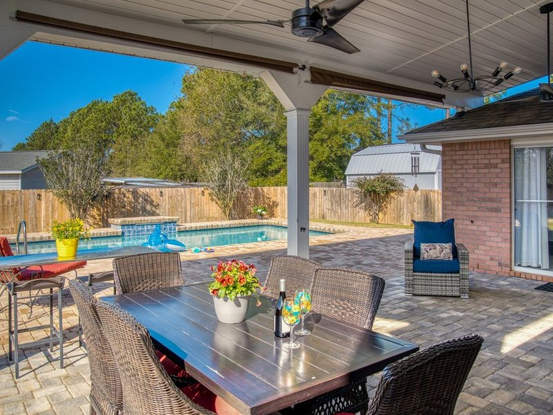 Beautiful Pool Home w 4 Bdrms & 2 Ba So Much More  & 5 Star Reviews ⭐️, holiday rental in Pensacola